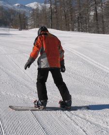 Attention, à droite la carre aval embarque de la neige et la tête est baissée