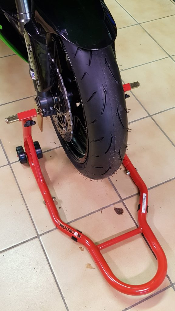 Lève roue avant moto en action