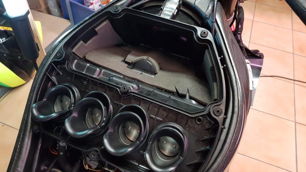 Le capot de la boite à air de la ZX6R est enlevé.